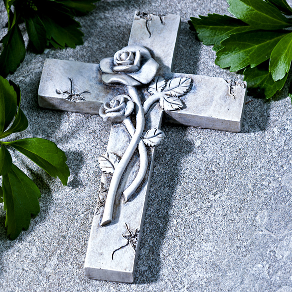 Grabkreuz mit Rosen