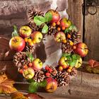 Deko-Kranz mit Äpfeln